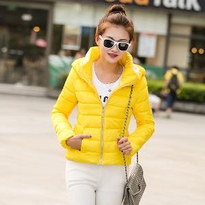 Къси дамски зимни якета с качулка в осем цвята.