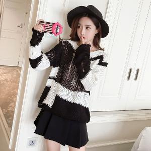 Широк пуловер в черно и бяло подходящ за есенно-зимните дни.