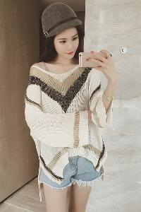 Дамски широк пуловер с V-образно деколте в етно мотив