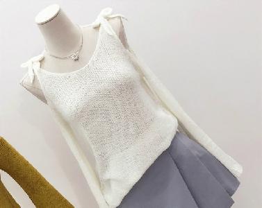 Дамски пуловер с голо рамо
