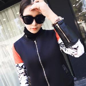 Есенно-пролетно спортно яке с цветни мотиви и кожа в долната част на ръкава.