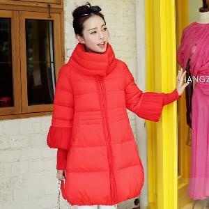 Γυναίκες και πάχους μπουφάν με ψηλό γιακά σε μαύρο, λευκό και πορτοκαλί