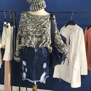 Дамски широк пуловер в черно-бял цвят.