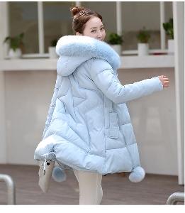 Χοντρό μπουφάν με κουκούλα κάτω σε έξι χρώματα.