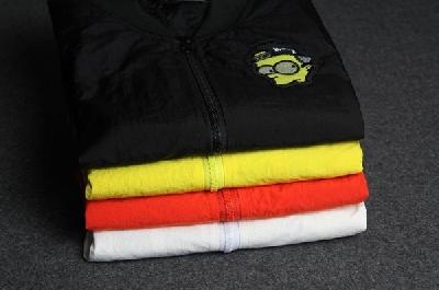 Αθλητισμός φθινόπωρο μπουφάν με το χρώμα κινούμενα σχέδια aplikatsii- Μαύρο Λευκό Κίτρινο Πορτοκαλί.