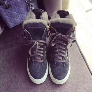 Κομψές γυναικείες μπότες με γούνα σε χρώματα χειμώνας