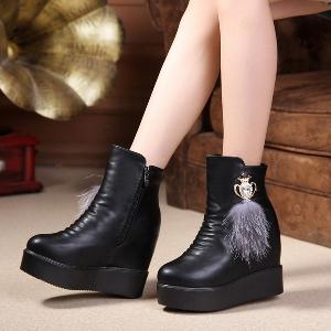 Γυναικείες δερμάτινες μπότες με διαφορετικά στολίδια και γούνα