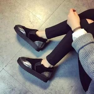 Κομψές γυναικείες μπότες με γούνα σε μαύρο και γκρι χρώμα