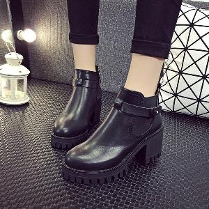 Χειμερινές παχιές μπότες με φερμουάρ σε γκρι και μαύρο χρώμα.