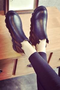 Γυναικείες κομψές δερμάτινες μπότες σε μαύρο και γκρι χρώμα