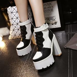 Γυανικείες μπότες σε μια παχιά πλατφόρμα και ψηλά τακούνια ασπρόμαυρη