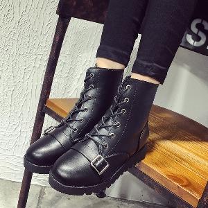 Γυναικείες  δερμάτινες μπότες σε κλασικό μαύρο με κορδόνια