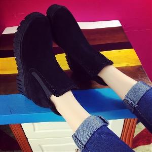 Κομψά σουέτ  γυναικέιες μπότες σε μαύρο, γκρι και  κόκκινο χρώμα από τεχνητό δέρμα