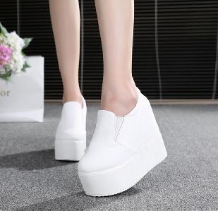 Дамски ниски зимни обувки с вътрешна платформа - 12.5см - от изкуствена кожа и от плат.