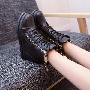 Стилни женски обувки на платформа с цип в черен и бял цвят.