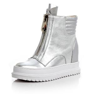 Стилни зимни дамски високи ботуши - обувки с вътрешна платформа в бял и сребрист цвят.