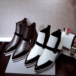 Κομψές  γυναικείες μπότες σε μαύρο και άσπρο χρώμα