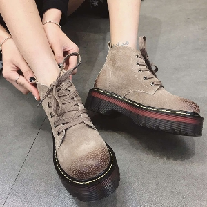 Αδιάβροχες γυναικείες μπότες μαύρες, γκρι και μπεζ, με ολισθηρή σόλα