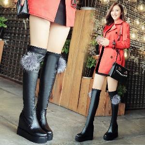 Дамски кожени ботуши с пух и без пух в черен цвят и страничен цип