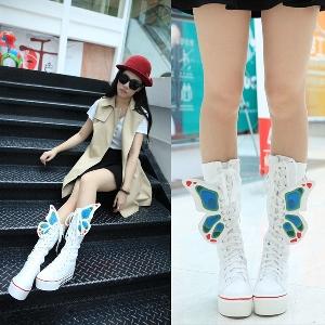 Αθλητικά  γυναικείες  χειμωνιάτικες μπότες  σε μαύρο και άσπρο χρώμα
