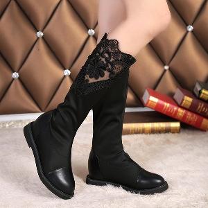 Γυναικείες κομψές δερμάτινες μπότες με δαντέλα σε μαύρο χρώμα