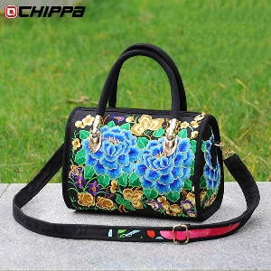 3950220462b Дамска чанта с мека повърхност и с бродерия с най-разнообразни цветни мотиви  с преобладаващи