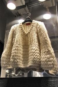 Дамски широк пуловер с меки нишки, подходящ за студените месеци в бежов цвят