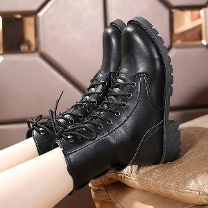 Γυναικείες δερμάτινες μπότες Hot  σε 2 μοντέλα σε κλασικό μαύρο με δεσμούς και παχιά σόλα