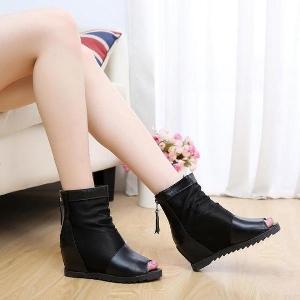 Γυναικείες δερμάτινες μπότες με εσωτερική πλατφόρμα και τρύπα δακτύλου σε μαύρο χρώμα