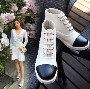 Γυναικείες κομψές μπότες βρετανικού στυλ σε μαύρο και άσπρο με κορδόνια