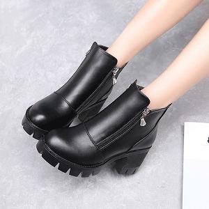 Κομψές γυναικείες δερμάτινες μπότες με πλαϊνό φερμουάρ σε κλασικό μαύρο χρώμα - αδιάβροχη
