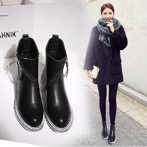 Κομψές δερμάτινες μπότες με φερμουάρ σε μαύρο χρώμα