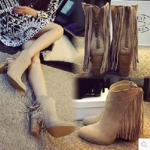 Γυναικείες κομψές μπότες από συνθετικό δέρμα με ψηλά τακούνια σε μαύρο και μπεζ χρώμα