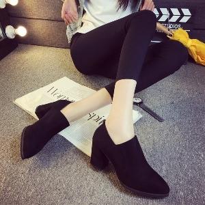 Κομψές, καθαρές γυναικείες μπότες σε μαύρο και γκρι υψηλό τακούνι
