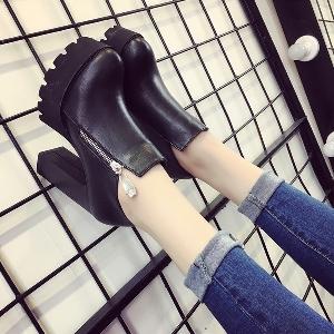 Γυναικείες μπότες με  φερμουάρ  και με ανθεκτικά πέλματα σε μαύρο και γκρι χρώμα
