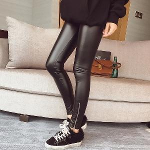 Дамски еластичен клин от изкуствена кожа в черен цвят