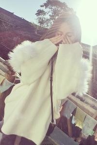 Дамски пуловер с пух на ръкавите в бял и черен цвят