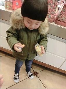 Дебело дълго детско яке с качулка и дебел пух в тъмнозелен цвят