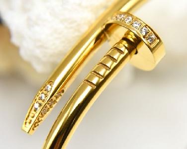 Гривни от стомана с розово, златно, сребърно и черно покритие - подходящи за мъже и жени.