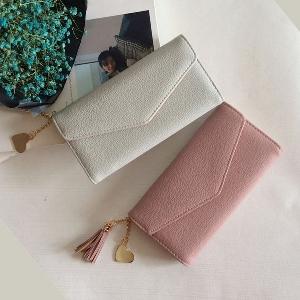 Οι γυναίκες χαρτοφυλάκια σε πέντε φρέσκα χρώματα με κρέμονται αξεσουάρ.