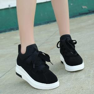 767b8339e09 Αθλητικά και κομψά γυναικεία παπούτσια με ελαφριά πλατφόρμα σε μαύρο,  κόκκινο, γκρι και σκούρο