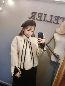 Стилно широко дамско яке в бял цвят с копчета