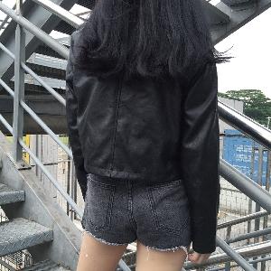 σακάκι σύντομο γυναικών στην ευρεία modek και μαύρο