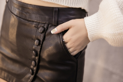 Дамски кожен панталон тип пола  - в черен цвят.