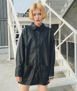Дълго кожено яке с джобове и копчета в класически черен цвят