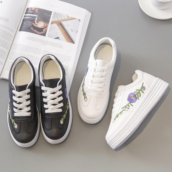 Γυναικεία αθλητικά παπούτσια ανοιξιάτικα- λευκά και μαύρα με λουλούδια -  Badu.gr Ο κόσμος στα χέρια σου aee4f5e6746