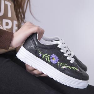 Γυναικεία αθλητικά παπούτσια ανοιξιάτικα- λευκά και μαύρα με λουλούδια 6e792b76760