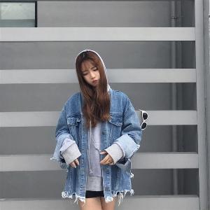 τζιν μπουφάν Κομψή των γυναικών σε μια ευρεία μοντέλο και ασταθής με κουμπιά