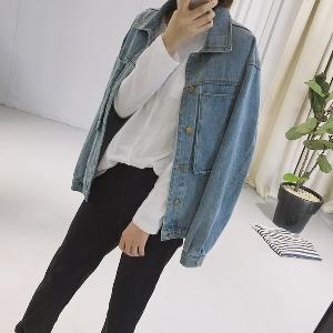 Широко дънково дамско яке с дълбоки джобове и копчета в светъл цвят