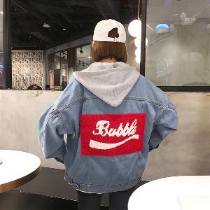 Дънково дамско яке с качулка, в широк модел с надпис на гърба в светъл цвят